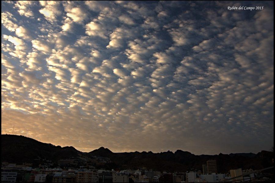 Si el cielo está «empedrado», ¿estará pronto el suelo mojado?